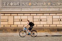 王子街道和骑自行车者队伍  免版税库存照片