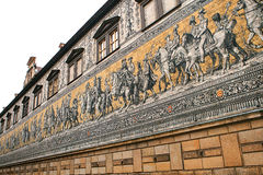 王子队伍, 1871-1876, 102米, 93个人是一张巨型壁画装饰墙壁 德累斯顿德国 它描述 图库摄影