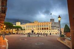 王子` s宫殿,摩纳哥王子官邸在晚上 库存图片