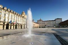 王宫和喷泉在都灵 免版税库存照片