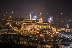 王宫和烟花在晚上在布达佩斯,匈牙利 免版税图库摄影