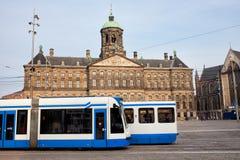 王宫和电车在阿姆斯特丹 免版税库存照片