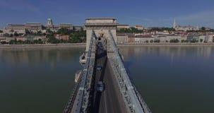 王宫和铁锁式桥梁的空中射击在布达佩斯市 股票录像