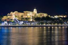 王宫在夜照明的布达佩斯 库存照片