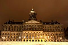 王宫在水坝正方形的阿姆斯特丹在晚上 荷兰 库存图片
