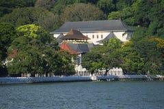王宫的看法从湖的 康提,斯里南卡 免版税库存照片