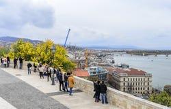 王宫的观察平台的游人在布达佩斯 免版税库存图片