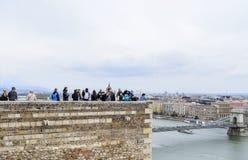 王宫的观察平台的游人在布达佩斯 图库摄影