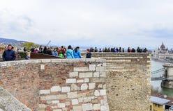 王宫的观察平台的游人在布达佩斯 库存图片