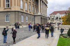 王宫的观察平台的游人在布达佩斯 库存照片