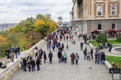 王宫的观察平台的游人在布达佩斯 免版税库存照片