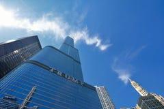 王牌塔在芝加哥河的摩天大楼大厦 免版税库存图片