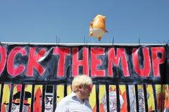 王牌抗议,伦敦, 2018年7月13日:唐纳德・川普婴孩软式小型飞艇在威斯敏斯特,伦敦, 2018年7月13日的抗议flys在伦敦,英语 库存照片