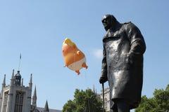 王牌抗议,伦敦, 2018年7月13日:唐纳德・川普婴孩软式小型飞艇在威斯敏斯特,伦敦, 2018年7月13日的抗议flys在伦敦,英语 免版税库存照片