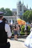 王牌抗议,伦敦, 2018年7月13日:唐纳德・川普婴孩软式小型飞艇在威斯敏斯特,伦敦, 2018年7月13日的抗议flys在伦敦,英语 免版税库存图片
