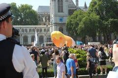 王牌抗议,伦敦, 2018年7月13日:唐纳德・川普婴孩软式小型飞艇在威斯敏斯特,伦敦, 2018年7月13日的抗议flys在伦敦,英语 库存图片