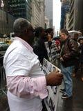 王牌的黑色,示威者临近王牌塔, NYC,美国 免版税库存照片