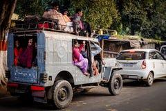 王舍城,印度- 2016年12月4日:一个小组印地安人民坐过度拥挤的汽车的屋顶 库存图片
