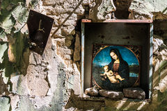 玛丹娜和孩子在被破坏的教会里 库存照片