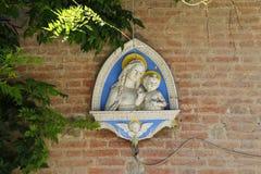 玛丹娜和孩子的墙壁浅浮雕 Grazzano Visconti, Ita 库存图片