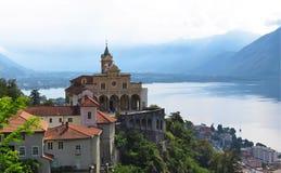 玛丹娜del Sasso和湖圣所Locano 提契诺州,瑞士 免版税图库摄影