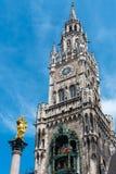 玛丽亚专栏,时钟编钟和新市镇霍尔的塔 免版税库存照片