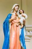 玛丽亚和耶稣雕象  免版税库存照片