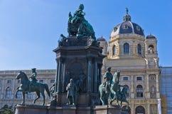 玛丽亚・特蕾西亚雕象在有很多历史人物形象的一个庭院里在她附近在艺术史博物馆前面在维也纳 免版税库存照片