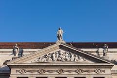 玛丽亚II夫人国家戏院山墙饰在里斯本 免版税图库摄影