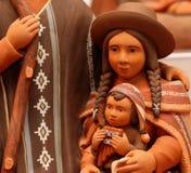 玛丽和小手工制造玻利维亚的赤土陶器的耶稣 免版税库存图片