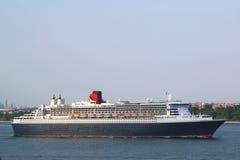 玛丽皇后2在纽约港口标题的游轮加拿大和新英格兰的 免版税库存照片