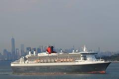 玛丽皇后2在纽约港口标题的游轮加拿大和新英格兰的 图库摄影