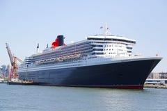 玛丽皇后2游轮在布鲁克林巡航终端靠了码头 库存照片