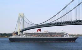 玛丽皇后2游轮在Verrazano桥梁标题下的纽约港口加拿大的新英格兰 免版税库存图片