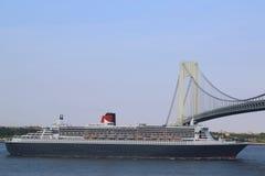 玛丽皇后2游轮在Verrazano桥梁标题下的纽约港口加拿大的新英格兰 免版税库存照片