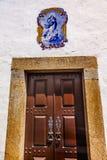 玛丽蓝色铺磁砖木门Obidos葡萄牙 库存照片