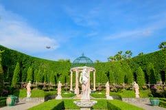 玛丽雕塑在庭院里 免版税库存图片