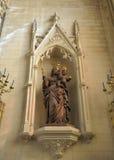 玛丽雕象有耶稣孩子的 免版税库存图片