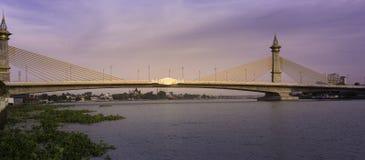玛哈Chesadabodindranusorn桥梁横跨昭拍耶河的吊桥在泰国 免版税图库摄影