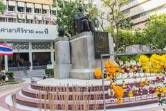 玛希顿Adulyadej Memorial王子雕象的纪念碑在Siriraj医院的在曼谷,泰国 免版税库存图片