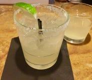 玛格丽塔与石灰的鸡尾酒饮料 免版税图库摄影
