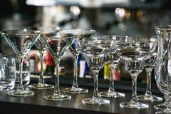 玛格丽塔酒、马蒂尼鸡尾酒、酒和利口酒的玻璃在酒吧 免版税库存照片