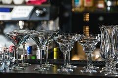 玛格丽塔酒、马蒂尼鸡尾酒、酒和利口酒的玻璃在r的一个酒吧 免版税库存图片