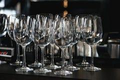 玛格丽塔酒的,马蒂尼鸡尾酒,在一个酒吧的酒玻璃在 库存照片