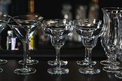 玛格丽塔酒的玻璃,在一个酒吧的martiniand利口酒在餐馆,反对酒吧墙壁背景 免版税库存照片