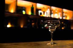 玛格丽塔酒鸡尾酒杯在酒吧的 免版税库存照片
