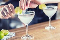 玛格丽塔酒 在barcounter的Margatita酒精鸡尾酒饮料在p 免版税库存照片