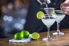 玛格丽塔酒 在barcounter的Margatita酒精鸡尾酒饮料在p 库存图片