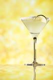 玛格丽塔鸡尾酒闪烁金黄背景 库存照片