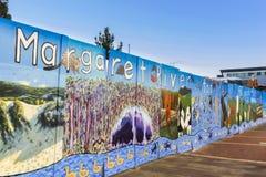 玛格丽特河,澳大利亚西部- 2011年:艺术品在路面的边 免版税库存图片